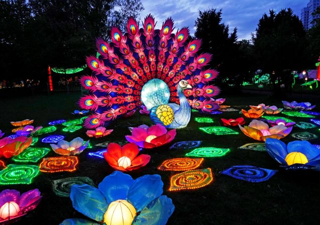 彩灯节由中国元宵佳节悬挂灯笼的传统风俗衍化而来