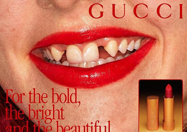 Gucci选用缺牙模特展示新产品