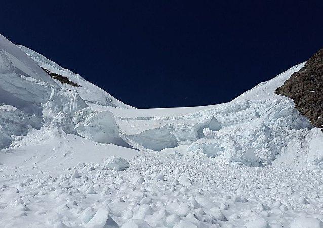 紧急情况部门消息人士:阿尔泰山区雪崩造成7名游客遇难