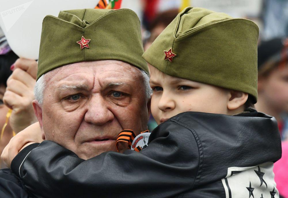 符拉迪沃斯托克不朽军团游行活动参与者