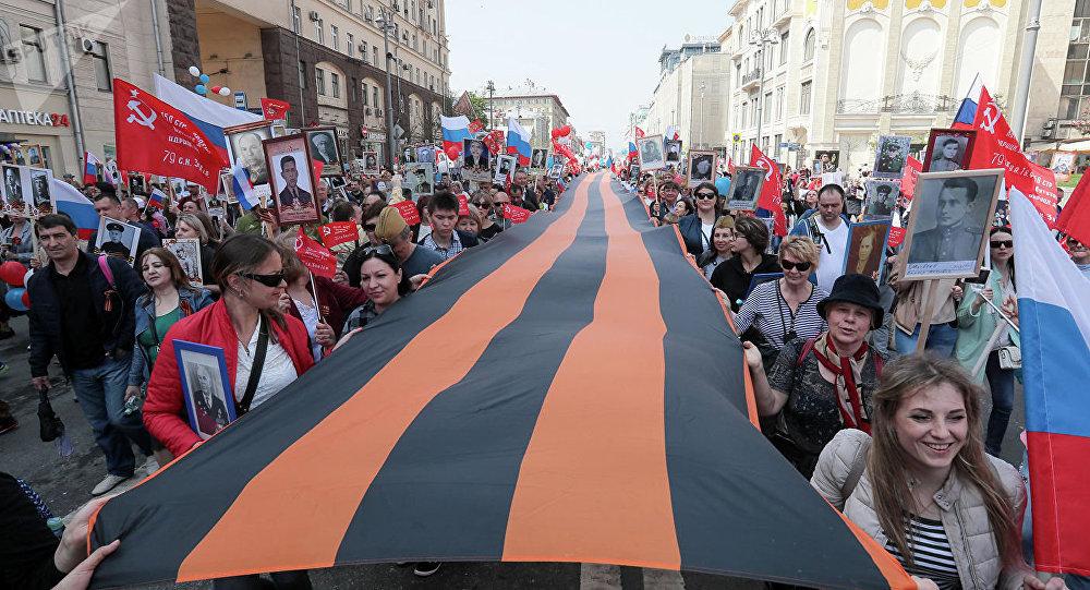 """英国人讲述他们为什么来莫斯科参加""""不朽军团""""游行"""