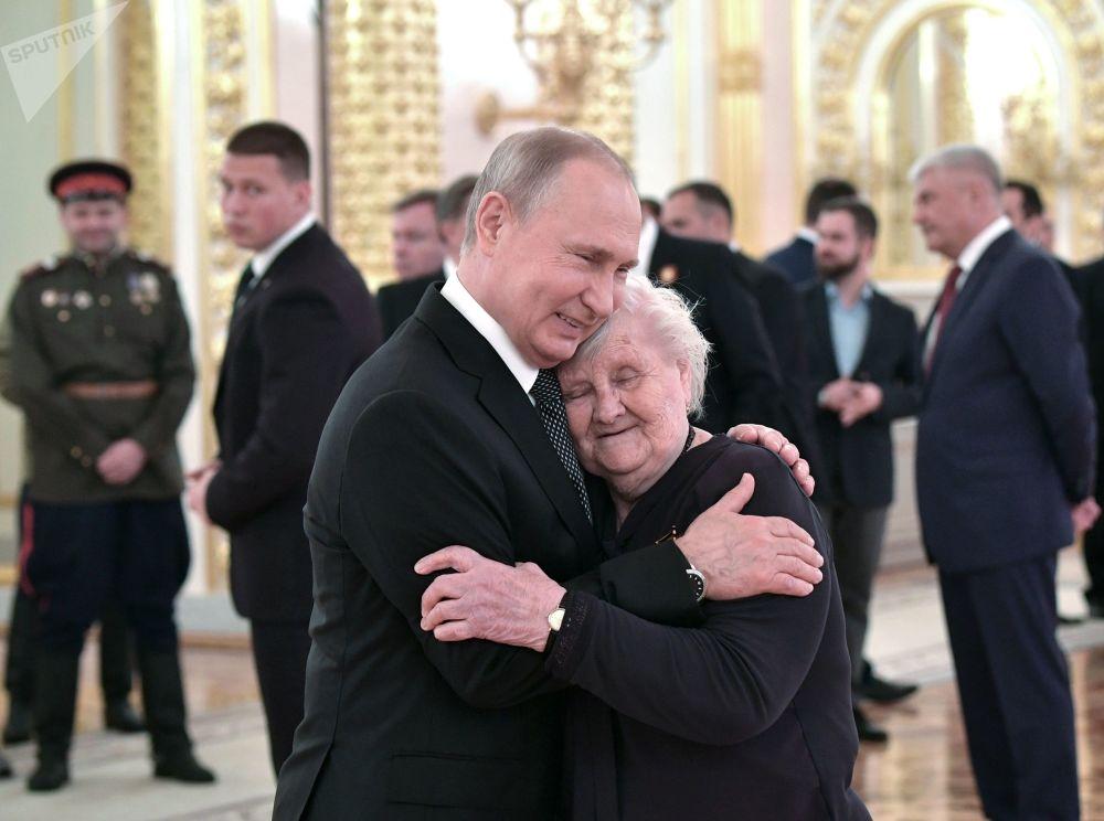 俄罗斯总统普京和他曾经的班主任薇拉·古列维奇在隆重庆祝伟大的卫国战争胜利74周年的招待会上