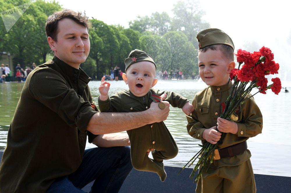 胜利日当天,一名男子带着孩子们在莫斯科中央高尔基文化休息公园