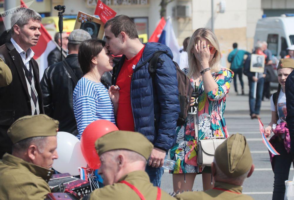 莫斯科市民在街头庆祝胜利日