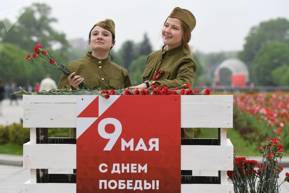身着军装的姑娘们在莫斯科中央高尔基文化休息公园庆祝胜利日