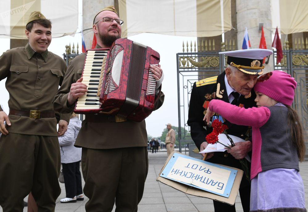 一名老战士在莫斯科中央高尔基文化休息公园庆祝胜利日