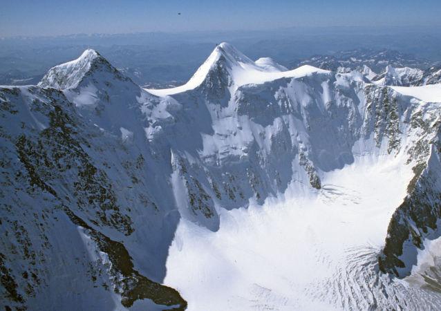 救援人员将寻找在俄阿尔泰遭遇雪崩游客的行动暂停一个半月
