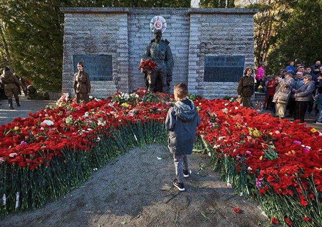 爱沙尼亚埋葬143具二战红军战士遗体