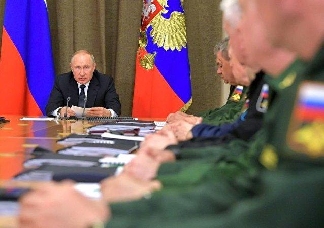 俄总统普京5月13日在国防工业综合体发展问题会议上