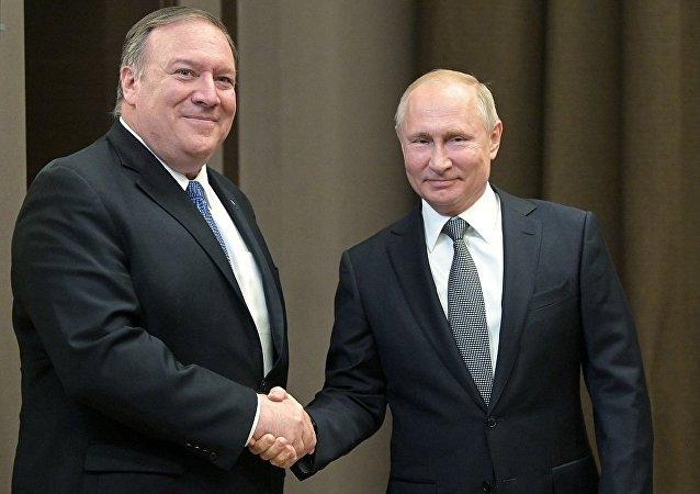 俄罗斯总统普京(右)和美国国务卿蓬佩奥