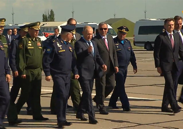 """普京参观携带""""匕首""""高超音速导弹的米格-31截击机"""