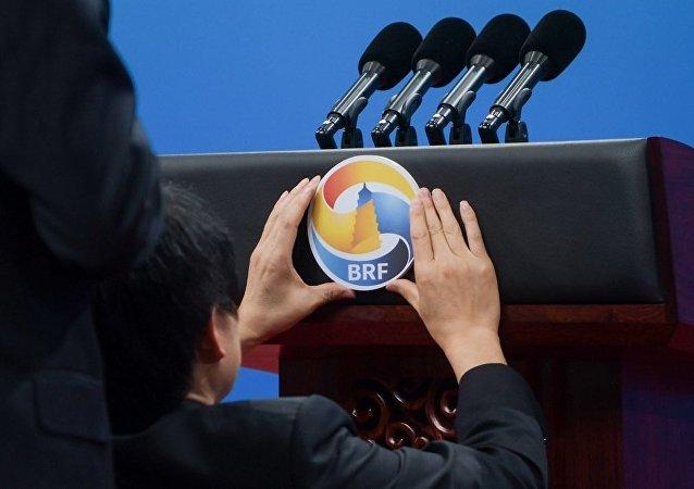 中国将坚定不移维护世界和平、促进共同发展