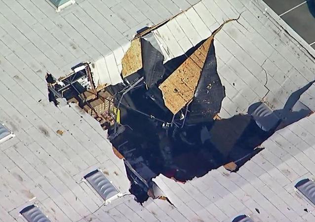 视频录下F-16战斗机在洛杉矶附近机库坠落瞬间
