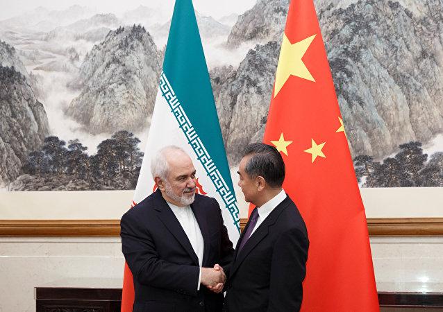 中国国务委员兼外长王毅(右)和伊朗外长扎里夫