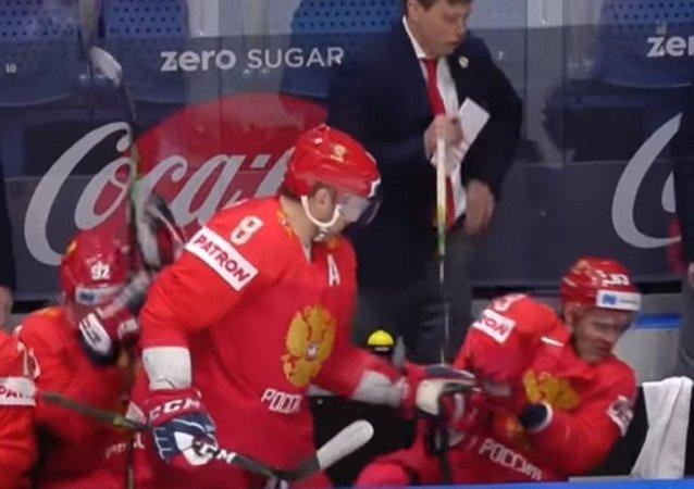 俄罗斯冰球运动员奥韦奇金把朋友从飞向他脸庞的冰球下拯救出来(视频)