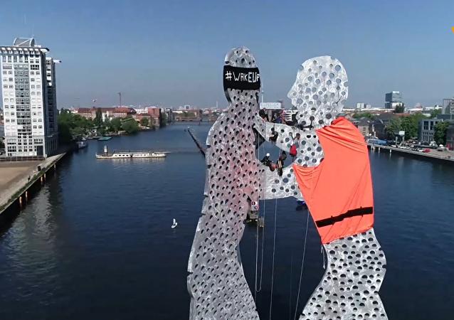 德国积极分子给柏林雕像穿上移民救生衣