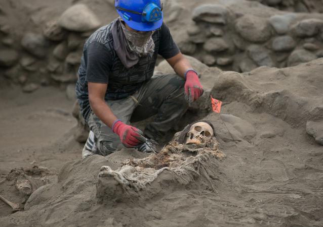 """在秘鲁发现了""""四条腿""""的古人墓冢"""