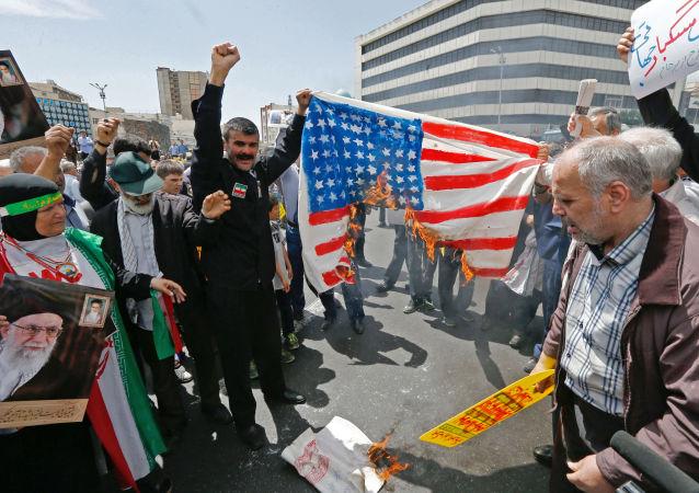 伊朗人走上德黑兰和其他城市的街头悼念苏莱曼尼