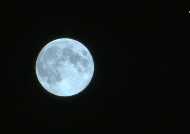 """莫斯科夜空出现""""蓝月亮"""""""