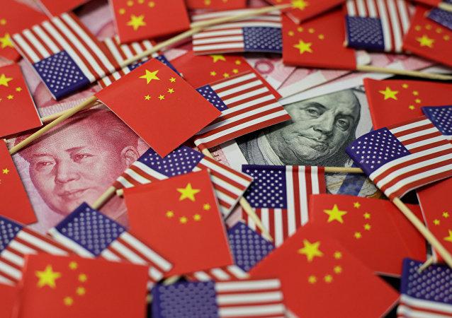 Банкноты и флажки США и Китая