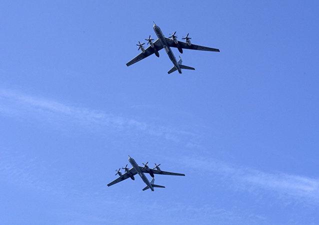 2架图-95飞机