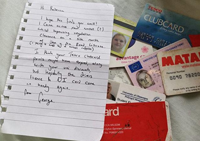 英国一男子捡到一女子十年前被盗钱包 寄还失主