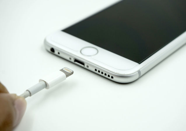专家指出手机充电不当方式