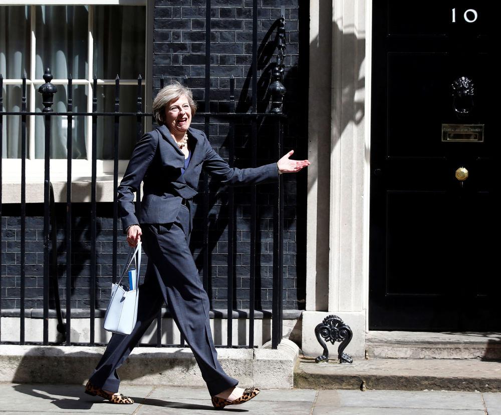英国首相特蕾莎·梅在伦敦唐宁街10号官邸附近。
