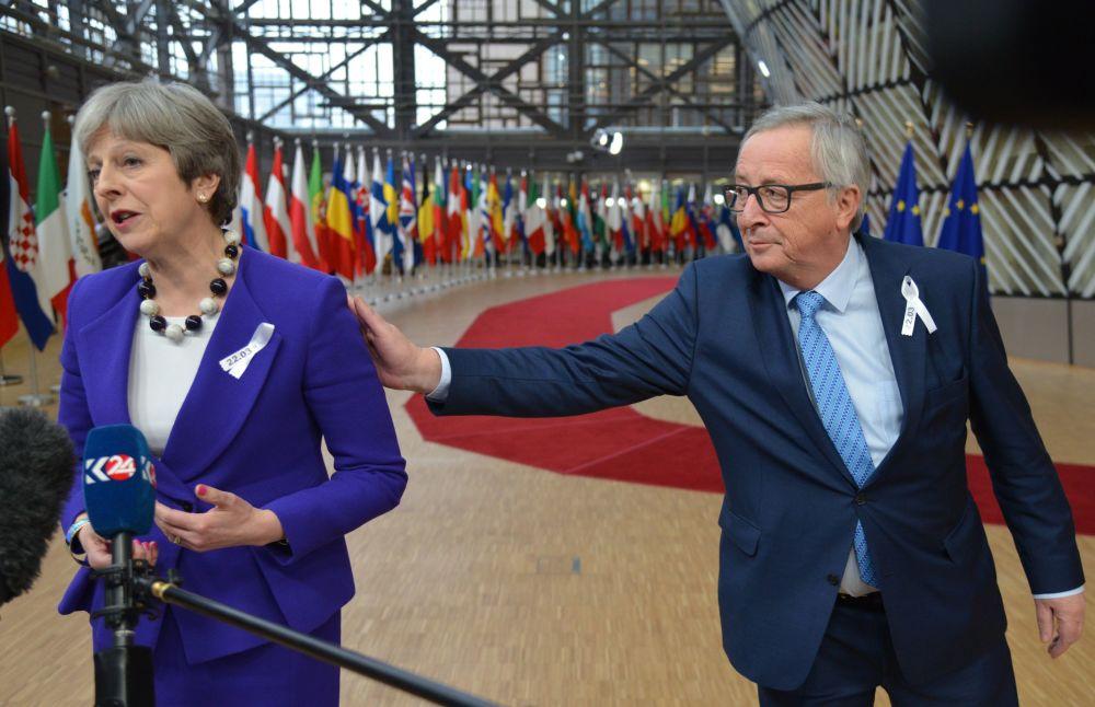 英国首相特蕾莎·梅和欧盟委员会主席让-克洛德·容克在布鲁塞尔举行的欧盟峰会上。