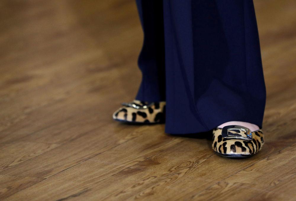 英国首相特蕾莎·梅鞋子的特写。