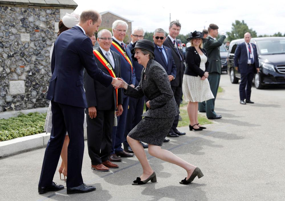 英国首相特蕾莎·梅欢迎威廉王子和剑桥公爵夫人凯瑟琳出席比利时巴雪戴尔战役100周年庆祝活动。