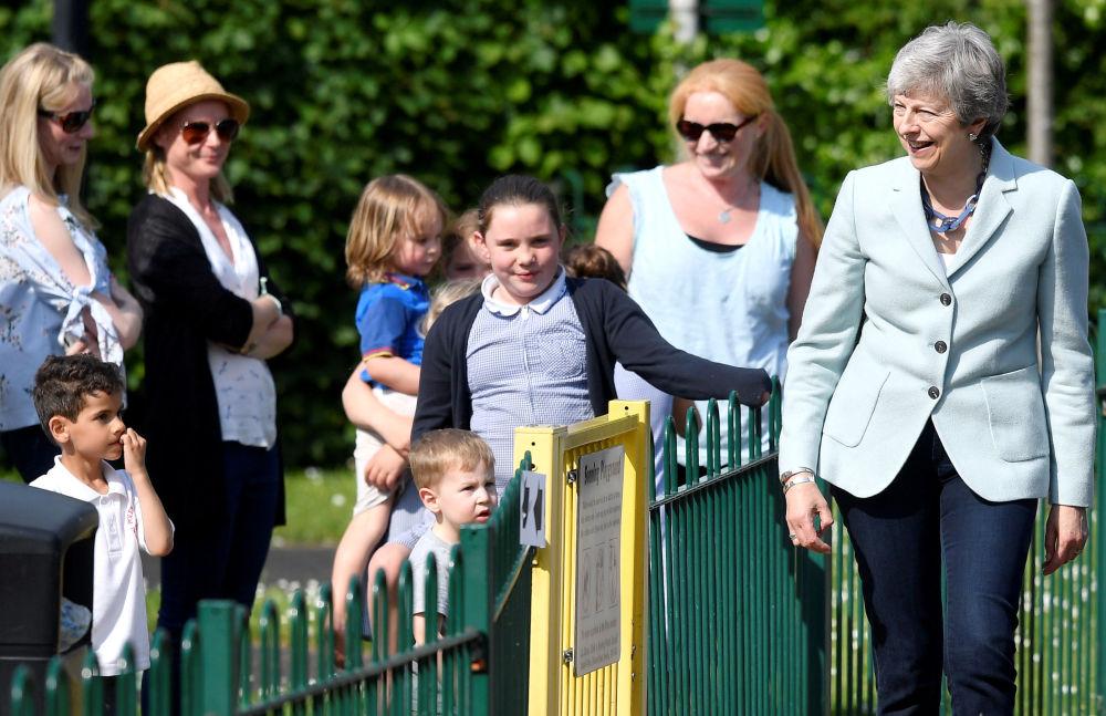 英国首相特蕾莎·梅在英国欢迎来参加欧洲议会选举的人。