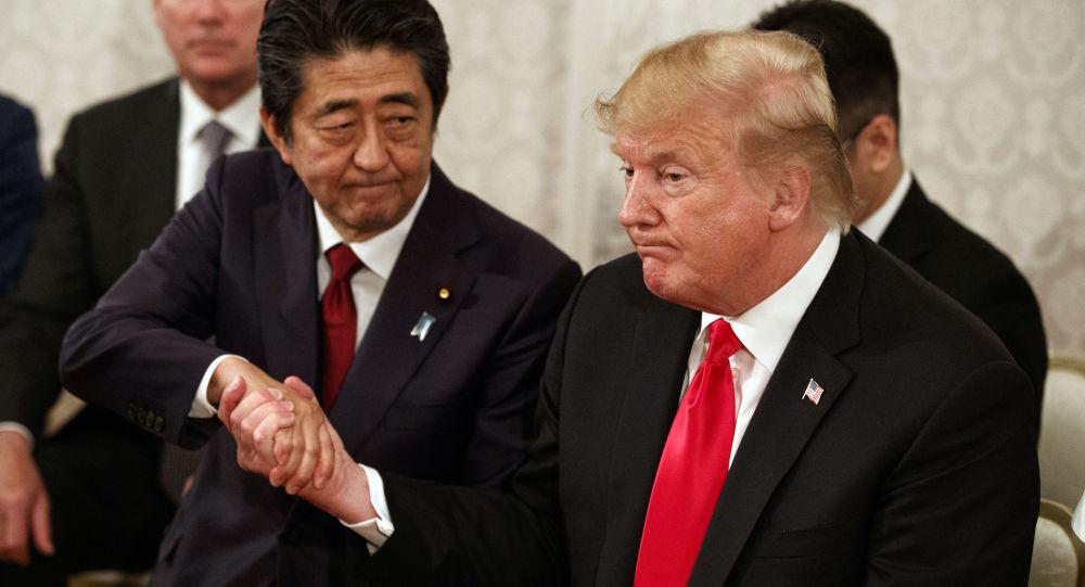 Президент США Дональд Трамп и премьер-министр Синдзо Абэ в Токио