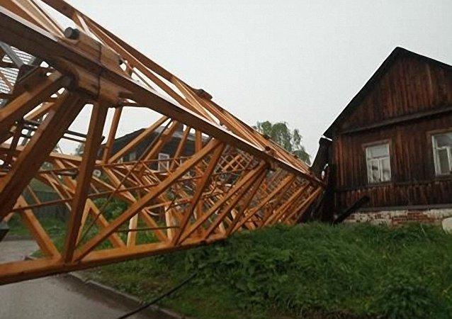 彼尔姆市内塔式吊车坍塌砸毁三栋民宅
