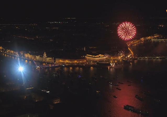 圣彼得堡庆祝城市日 璀璨烟花点亮夜空