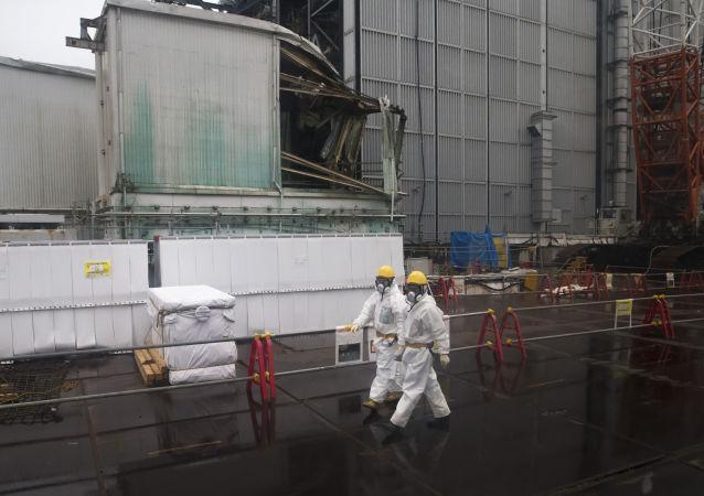 Рабочие на АЭС Фукусима