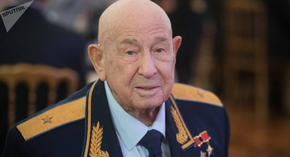 """""""太空行走第一人""""阿列克谢·列昂诺夫在医院过寿辰"""