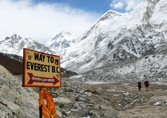 珠穆朗玛峰变成垃圾场