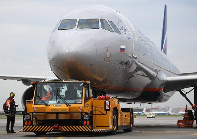 据俄紧急情况部门消息,一架飞机因消防系统故障在莫斯科谢列梅捷沃机场降落