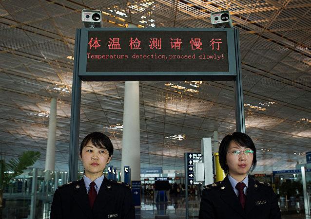 Сотрудницы таможенной службы международного аэропорта Шоуду в Пекине