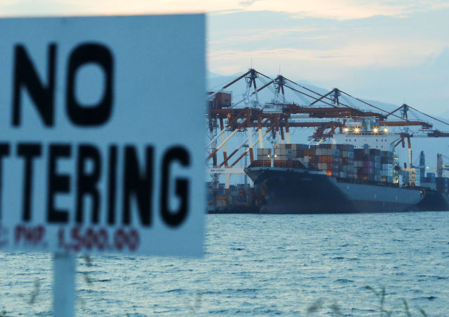 Грузовое судно с контейнерами канадского мусора в порту Subic на северо-востоке Филиппин в ожидании возвращения в Канаду