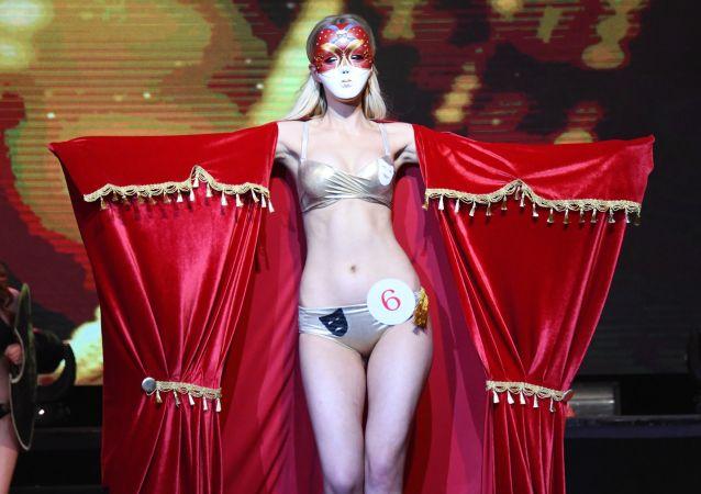 """""""2019赤塔小姐""""选美大赛的参赛者娜塔莉娅∙瓦西里耶夫娜在赤塔。"""