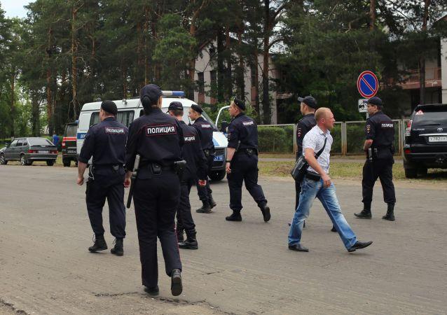 Сотрудники полиции неподалеку от завода Кристал в Дзержинске