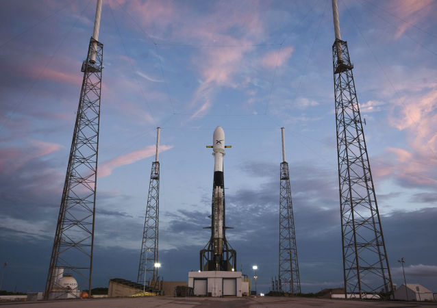 Ракета-носитель Falcon-9 компании SpaceX со спутником Starlink