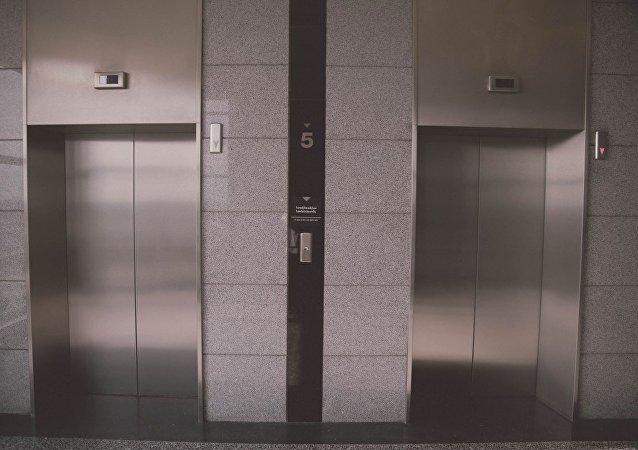 日本研制出无接触使用电梯的钩子