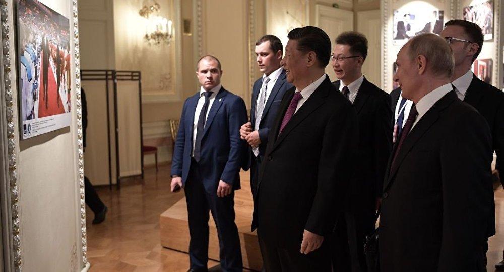 普京与习近平参观为纪念俄中建交70周年而举办的摄影展
