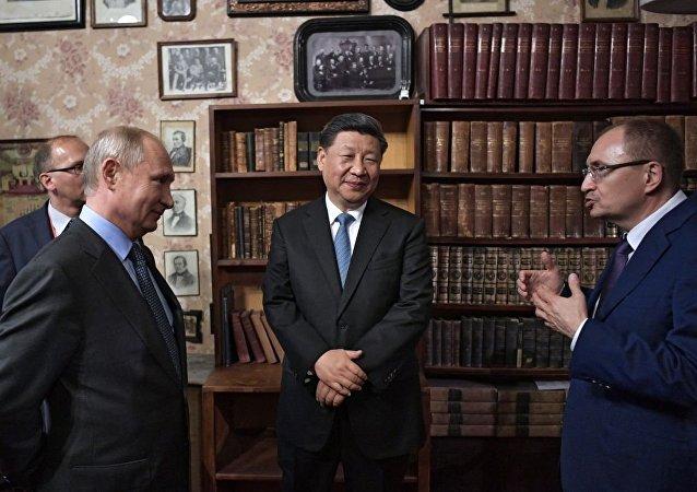 俄中元首参观在圣彼得堡国立大学举办的俄中合作主题展