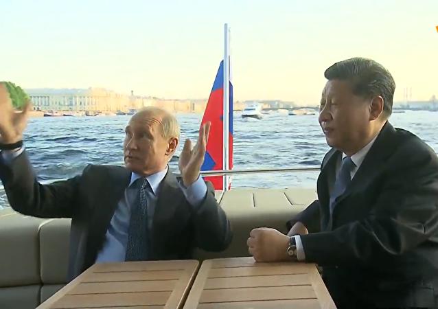 普京向习近平展示涅瓦河和阿芙乐尔号