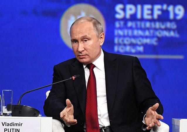 普京:俄中没有成立军事联盟 也不针对任何国家