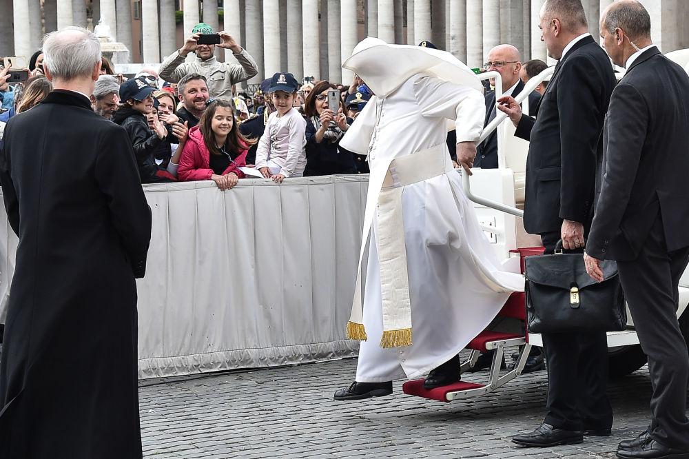 罗马天主教皇方济各在梵蒂冈遇大风。